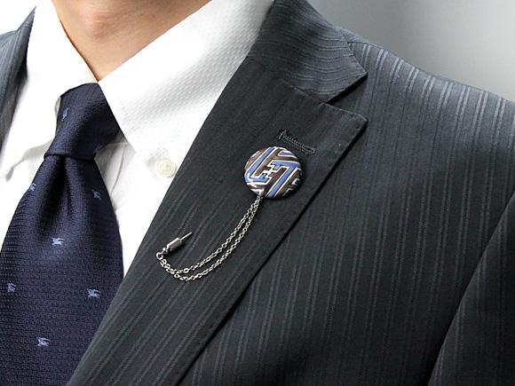 ハットピンをスーツの襟に装着したイメージ